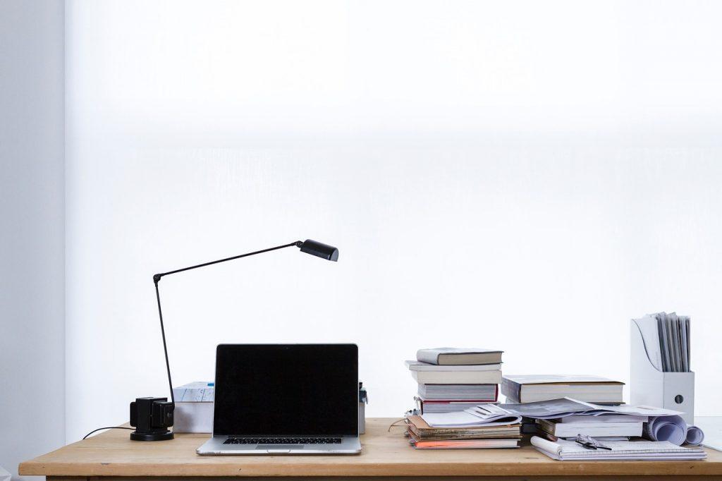 oświetlenie w pracy biurowej